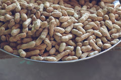 Stapel von Erdnüssen mit Oberteil in einem Behälter Stockfotografie