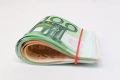 Stapel von Eurobanknoten auf einem weißen Hintergrund Stockbilder