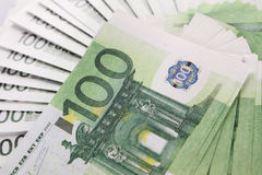 Stapel von 100 Eurorechnungen Stockfoto