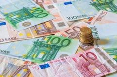Stapel von Euros und von Münzen für Geschäft und Finanzierung Stockbilder