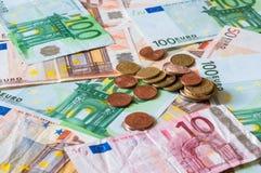 Stapel von Euros und von Münzen für Geschäft und Finanzierung Lizenzfreie Stockfotos