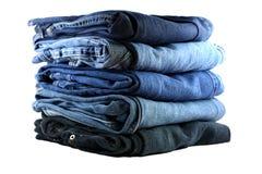 Stapel von fünf Blue Jeans lizenzfreie stockbilder