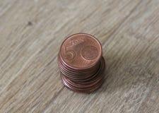 Stapel von fünf Eurocentmünzen auf hölzernem Hintergrund Stockbild