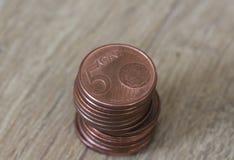 Stapel von fünf Eurocentmünzen auf hölzernem Hintergrund Stockfoto