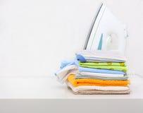 Stapel von Farbenkleidung Stockfotografie