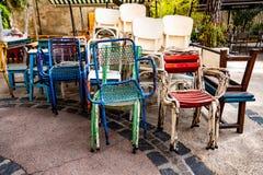 Stapel von farbigen Eisenstühlen stockfotos