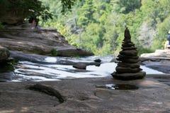 Stapel von Felsen durch einen Wasserfall stockfotografie