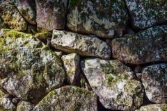 Stapel von Felsen und von Moosanlagen für Hintergrund und Tapete Lizenzfreies Stockbild