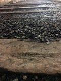 Stapel von Felsen zwischen den Schienen Stockfotografie