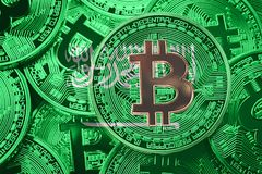 Stapel von Flagge Bitcoin Saudi-Arabien Bitcoin-cryptocurrencies Betrug lizenzfreies stockfoto