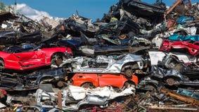 Stapel von Gebrauchtwagen, Autoschrottplatz Stockfotos