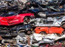 Stapel von Gebrauchtwagen, Autoschrottplatz Stockbild