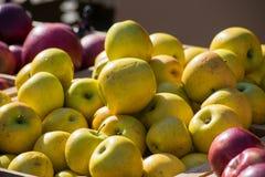 Stapel von gelben Äpfeln Lizenzfreie Stockfotos