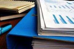 Stapel von Geschäftspapieren und Ordner Schreibtisch mit Stapel von Dokumenten stockbild
