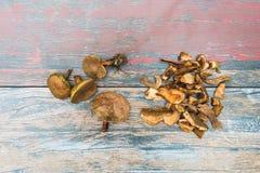 Stapel von getrockneten und frischen Pilzen stockfotografie
