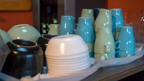 Stapel von gewaschenen Tellern und von Schalen auf Behältern im Buffet lizenzfreie stockfotografie