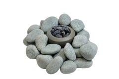 Stapel von glatten Steinen um die Steinschüssel mit Steinen Stockbild