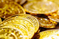 Stapel von Gold-bitcoins Stockfotografie