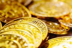 Stapel von Gold-bitcoins Stockfotografie
