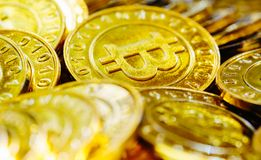 Stapel von Gold-bitcoins Stockbilder