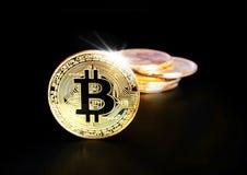 Stapel von goldenem Bitcoin prägt auf einem schwarzen Hintergrund Lizenzfreie Stockfotos