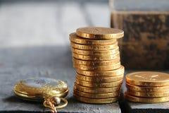 Stapel von goldenen Münzen und von Buch Geschäfts- oder Finanzkonzept Stockbild