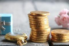 Stapel von goldenen Münzen und von Geschenk Geschäfts- oder Finanzkonzept Lizenzfreies Stockbild