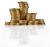 Stapel von Goldmünzen auf einem Weiß Lizenzfreies Stockbild