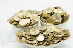 Stapel von Goldmünzen in keramischem als Schiff stockfotos