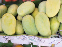 Stapel von grünen Mangos im Markt, frische Frucht, Thailand Lizenzfreie Stockfotos