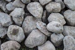 Stapel von großen Steinen für die Grundlage Stockbild