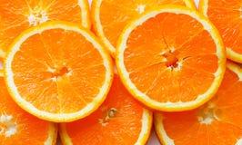 Stapel von hellen geschnittenen Orangen Stockbilder