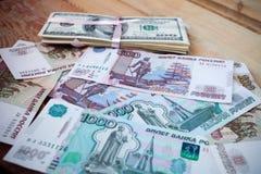 Stapel von hundert Dollar und von Rubel Lizenzfreie Stockfotografie