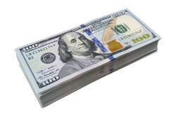 Stapel von hundert Dollarscheinen lokalisiert auf weißem Hintergrund Stapel Bargeld in hundert Dollarbanknoten Haufen von hundert lizenzfreie stockfotos