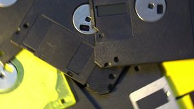 Stapel von im altem Stil Disketten der Datenübertragung, drehender spinnender Hintergrund stock video footage