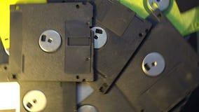 Stapel von im altem Stil Disketten der Datenübertragung, drehender spinnender Hintergrund stock footage