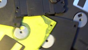 Stapel von im altem Stil Disketten der Datenübertragung, drehender spinnender Hintergrund stock video