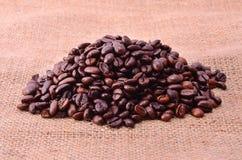 Stapel von Kaffeebohnen Lizenzfreies Stockfoto