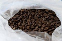 Stapel von Kaffeebohnen in der Tasche stockbild