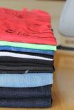 Stapel von Kleidung Stockfoto