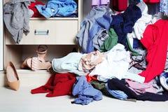 Stapel von Kleidung auf Boden stockbilder