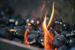Stapel von Kohle brickets Brennen stockbild