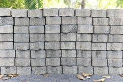 Stapel von konkreten Ziegelsteinen im Park Stockfoto