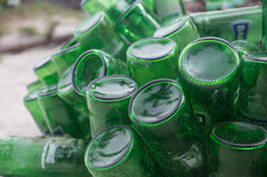 Stapel von leeren grünen Bierflaschen stockbild
