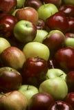 Stapel von Mischvielzahl der Äpfel Stockfotos