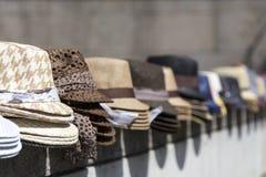 Stapel von modernen Hüten Stockbild