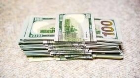 Stapel von neuen und alten hundert Dollarscheinen Lizenzfreie Stockfotos