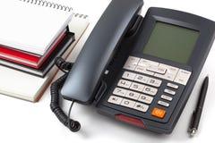Stapel von Notizbüchern und von digitalem Telefon Stockbild