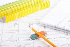 Stapel von Notizbüchern, von Bleistift und von Radiergummi Lizenzfreies Stockbild