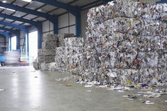 Stapel von Paperwaste in Abfallverwertungsanlage Stockbild